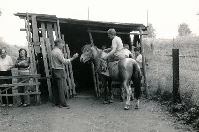Jiřina Čechová na koni ve Stareči