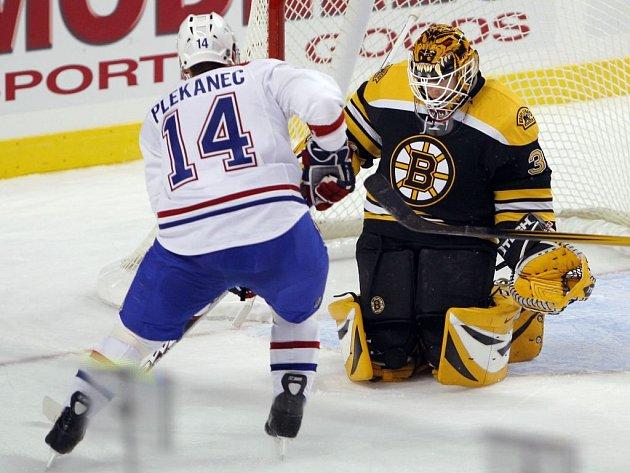 Centr montrealských Kanaďanů Tomáš Plekanec dává gól brankáři Bostonu Timu Thomasovi.