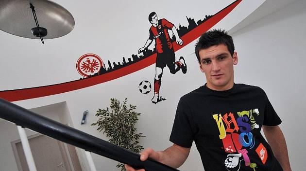 Martin Fenin ve svém frankfurtském bytě.