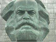 IKONA. Alej a náměstí Karla Marxe už v Saské Kamenici nenajdete, filosofova busta je ale vděčným lákadlem turistů.