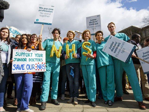 Mladí lékaři v Anglii dnes na protest proti připravovaným novým pracovním smlouvám zahájili dvoudenní stávku, v pořadí čtvrtou od začátku roku.