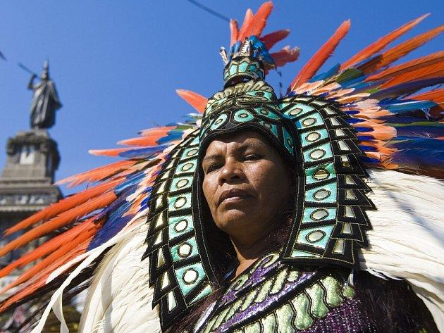 Mexický tanečník v aztéckém kroji.