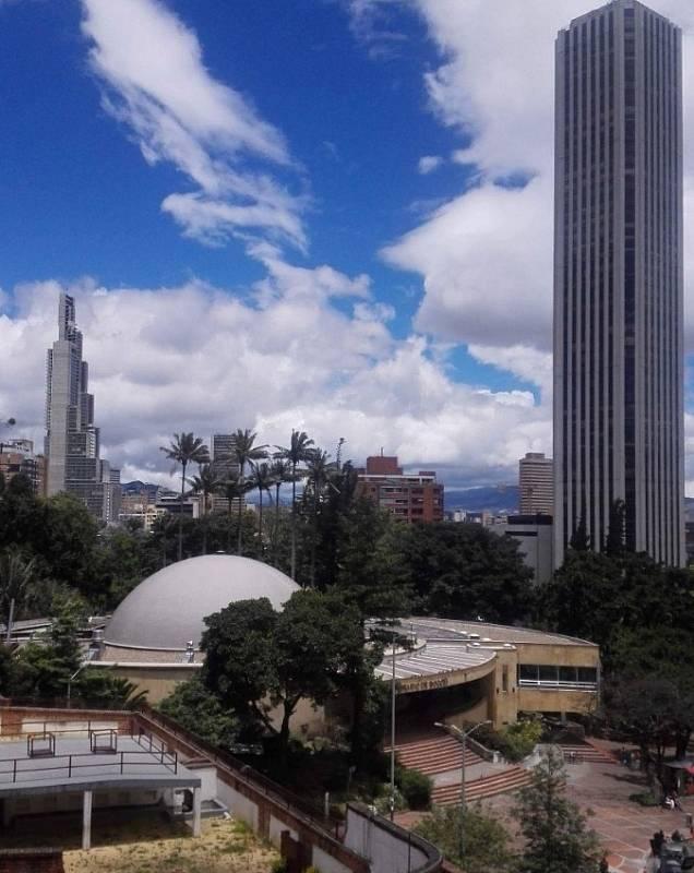 Mrakodrap BD Bacata Torre 1 (na snímku zcela vlevo) byl postaven díky financím shromážděným prostřednictvím takzvaného crowdfundingu. Současně je nejvyšší budou v Kolumbii a čtvrtou nejvyšší v celé Jižní Americe