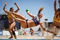 Norská plážová házenkářka Marielle Martinsenová v akci.