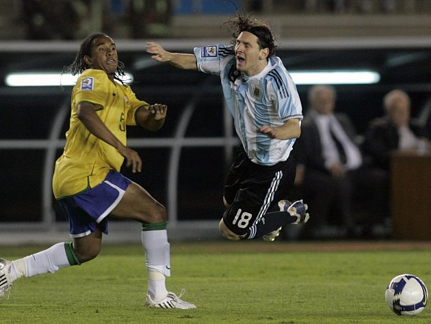 Anderson fauluje Argentince Messiho.