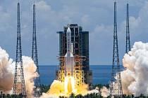 Start rakety Dlouhý pochod 5 z čínského kosmického střediska Wen-čchang 23. července 2020