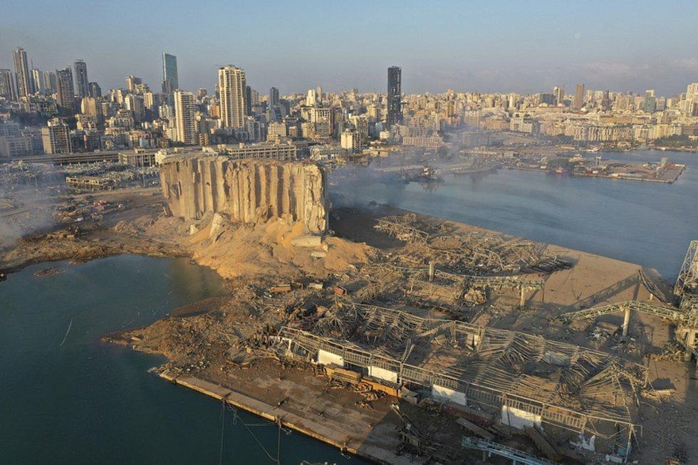 Pohled z dronu na místo exploze v libanonském Bejrútu, 5. srpna 2020