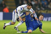 Diego Costa z Chelsea (vlevo) a Robert Huth z Leicesteru.
