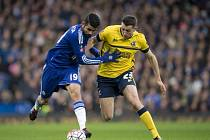 Diego Costa z Chelsea (vlevo) proti Scunthorpe.