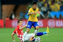 Kanonýr Brazílie Neymar (vpravo) si poradil se skluzem Ivana Perišiče z Chorvatska.