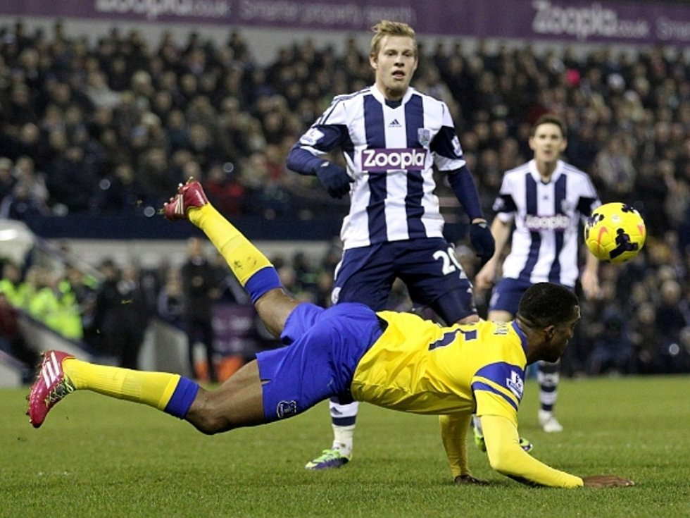 Matěj Vydra z West Bromwiche (ve stoje) se proti Evertonu neprosadil.