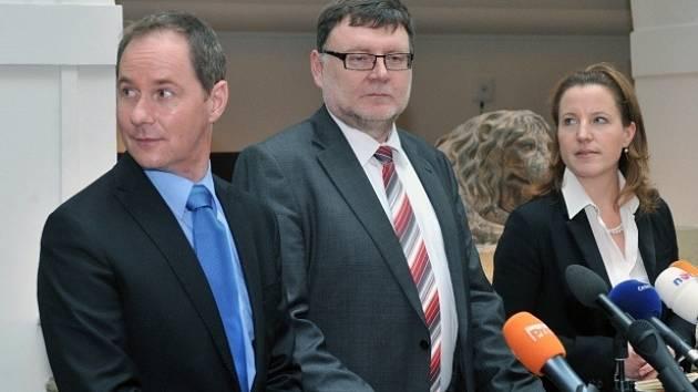 Zprava místopředsedkyně vlády Karolína Peake, Zbyněk Stanjura a Petr Gazdík 20. listopadu v Poslanecké sněmovně v Praze na tiskové konferenci po jednání koaličních lídrů.