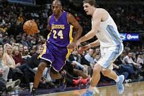 Kobe Bryant z LA Lakers (vlevo) v akci proti Denveru.