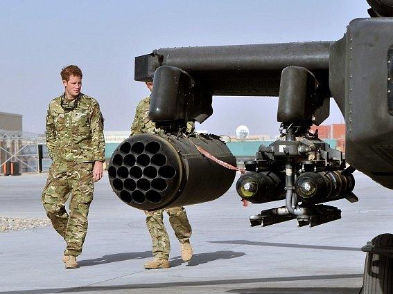 Britský princ Harry u bojového vrtulníku Apache