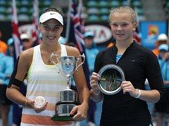 Kateřina Siniaková (vpravo) nestačila ve finále juniorek na Australian Open na Anu Konjuhovou.