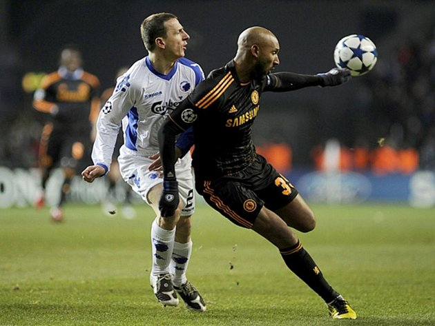 Zdeněk Pospěch (vlevo) z Kodaňe se snaží zastavit střelce Chelsea Nicolase Anelku.