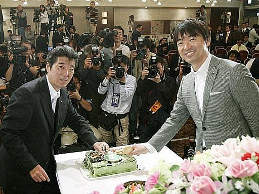 Starosta Ósaky Toru Hašimoto (vpravo) je synem mafiána