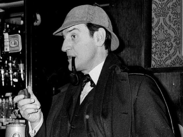 Ve věku 96 let zemřel britský herec Douglas Wilmer, kterého snad nejvíce proslavila hlavní role v televizním seriálu o příbězích legendárního detektiva Sherlocka Holmese v 60. letech.