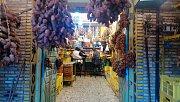 Obchod s datlemi ve městě Tozeur. Je to jedna z nejznámějších a největších palmových oáz o rozloze asi tisíc hektarů. Roste tam 420 tisíc datlových palem.