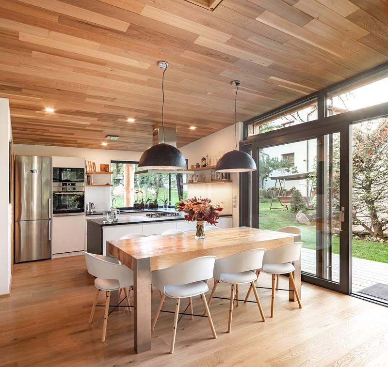 Symbolickým propojení nového a starého se stal jídelní stůl s deskou z třešně, která musela ustoupit stavbě.