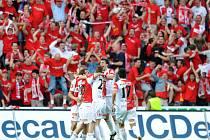 Hráči Slavie oslavují vyrovnávací gól na 1:1 proti svému rivalovi Spartě. Budou se tak radovat i v pondělí po duelu na Žižkově?