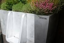 Francie testuje ekologické pisoáry přeměňující moč ve hnojivo.
