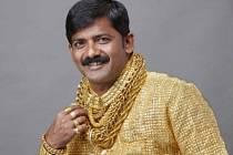 Blýskavá košile je poseta kousky 22karátového zlata. Celkem jich bylo potřeba 14.000.