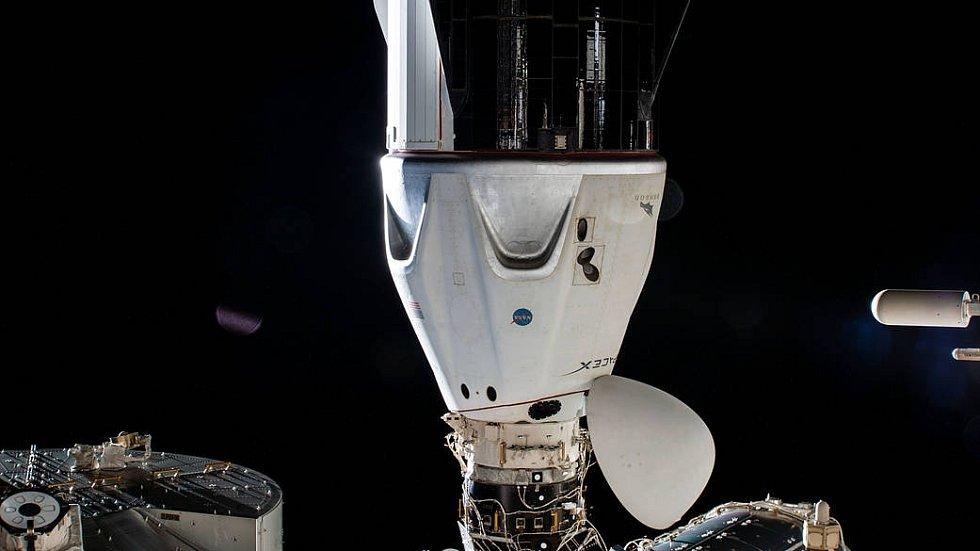 Loď Crew Dragon se při misi Crew-1 připojuje k jednomu z modulů Mezinárodní vesmírné stanice.