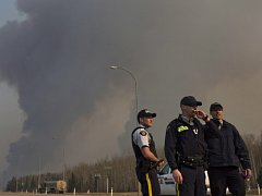 Lesní požár v provincii Alberta zachvátil území velké jako dvě Prahy. Meteorologové zatím předpovídají jen mírné oslabení větru.