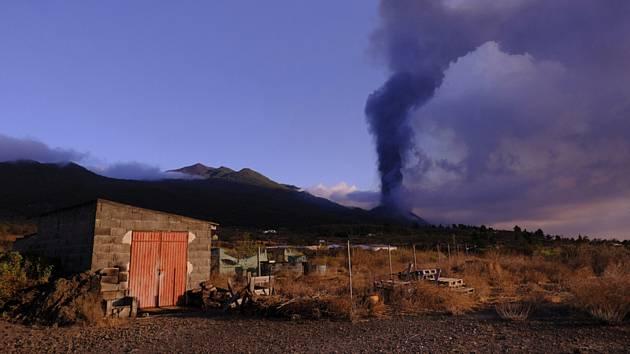Kouř stoupá z vulkánu na španělském ostrově La Palma