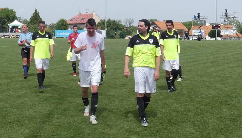 Můj fotbal živě:  Dolní Břežany  -  Zlatníky. Favorit prohrál 3:6, ale i tak si utkání všichni užili.