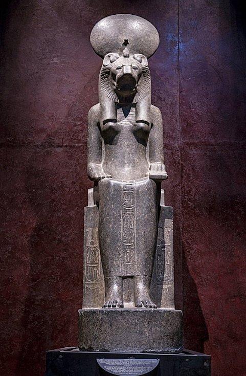 Socha egyptského boha Anubise, kterou rovněž vystavují v Turíně.