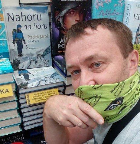 Kniha Jiřího Macka Nahoru na horu vypráví o Radku Jarošovi.