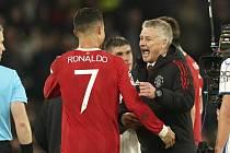 Cristiano Ronaldo se raduje s trenérem Solskjaerem.