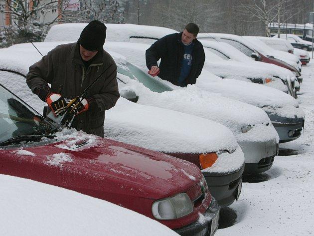 ZDÁNLIVĚ ÚSPORNÉ ŘEDĚNÍ nemrznoucí směsi a mráz kolem minus tří a pěti stupňů Celsia dokáže ostřikovače dokonale znehybnět.