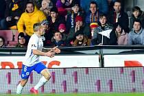 Tomáš Malinský se raduje z gólu do branky Sparty před sparťanskými fanoušky.