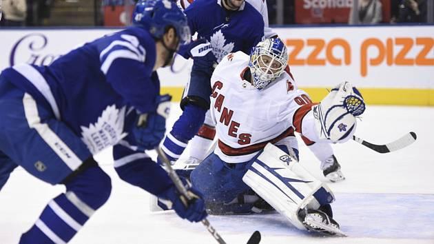 Torontský Pierre Engvall překonává záložního brankáře Caroliny Davida Ayrese v zápase hokejové NHL hraném 22. února 2020