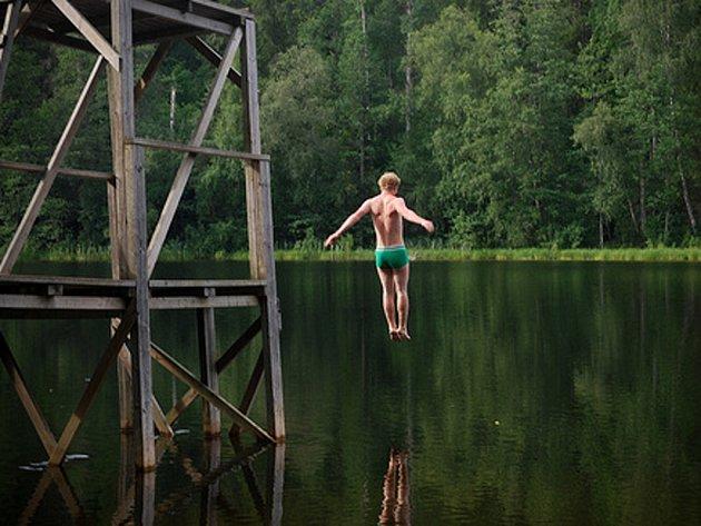 Skákání do vody v místech, které lidé neznají, je velmi nebezpečné. Ilustrační foto