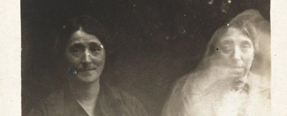 Příklad spiritického či duchařského snímku, pořízený v druhé půli 19. století fotografem Williamem Hopem