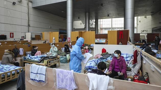 Lůžka v provizorní nemocnici, která vznikla v jednom z gymnázií v čínském Wu-chanu