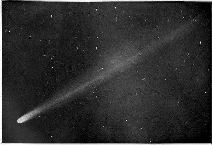 Halleyova kometa při průletu v roce 1910. K Zemi se přiblíží zhruba každých 76 let, naposledy k tomu došlo v roce 1986. Další průlet se tak uskuteční až v roce 2061