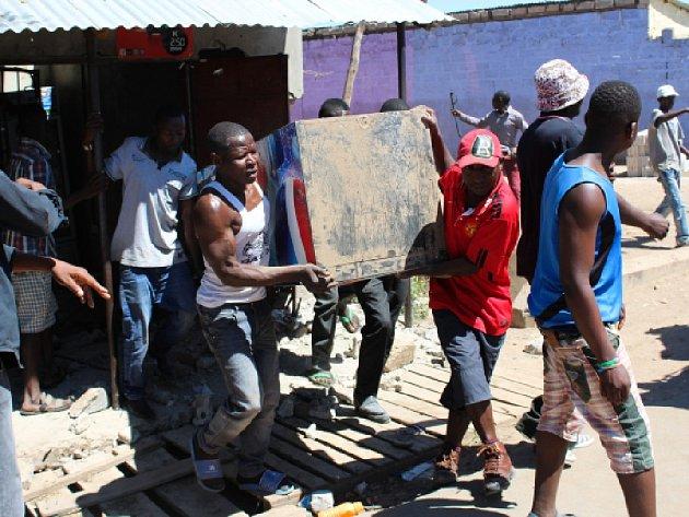 Při útocích proti rwandské menšině obyvatelé od pondělí zničili nejméně 62 obchodů patřící Rwanďanům, které lidi obviňují z rituálních zločinů.