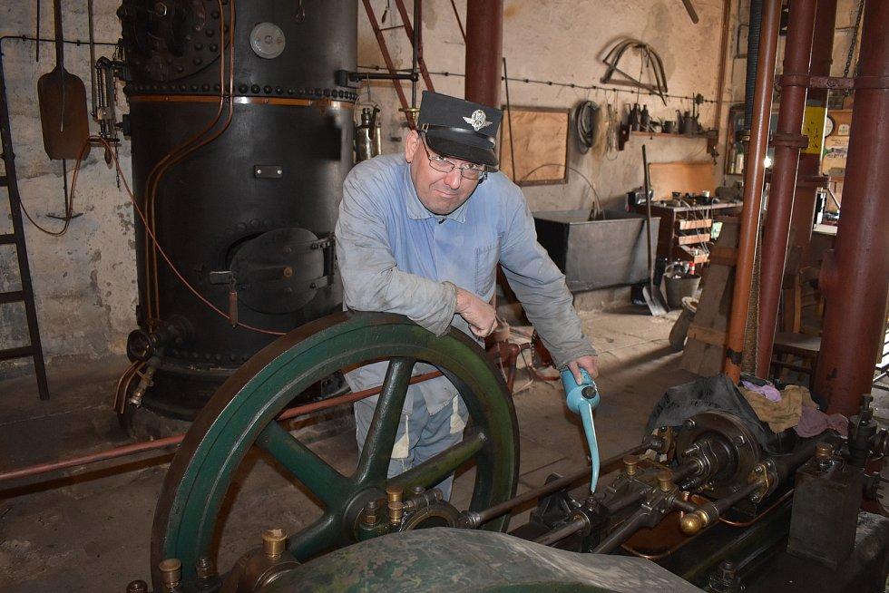 Zdeněk Dundr v parní vodárně u střekovského nádraží. Brownfield u zdejší železnice se může stát technoparkem.