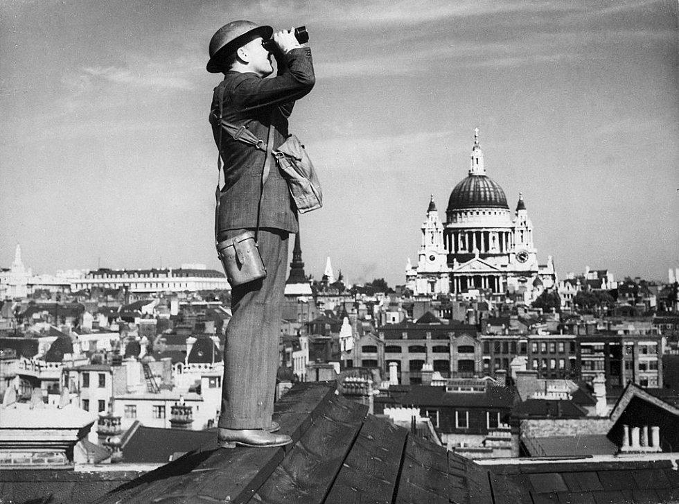 Britský pozorovatel sleduje ze střechy blížící se nepřátelské vzdušné síly