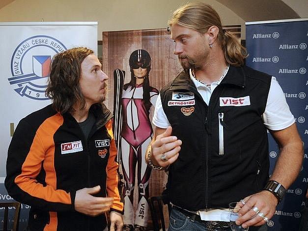 Ondřej Bank (vlevo) diskutuje před novou sezonou s kolegou z rerezentace Filipem Trejbalem.