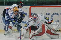 JEN BOD. I když hokejisté Lasselsbergeru Plzeň (v tmavém) včera nad Znojmem rychle vedli, museli se nakonec po porážce 5:6 v prodloužení spokojit pouze s bodem.