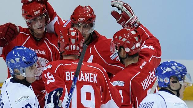 Slavia se raduje z druhého gólu při premiéře hokejové Ligy mistrů.