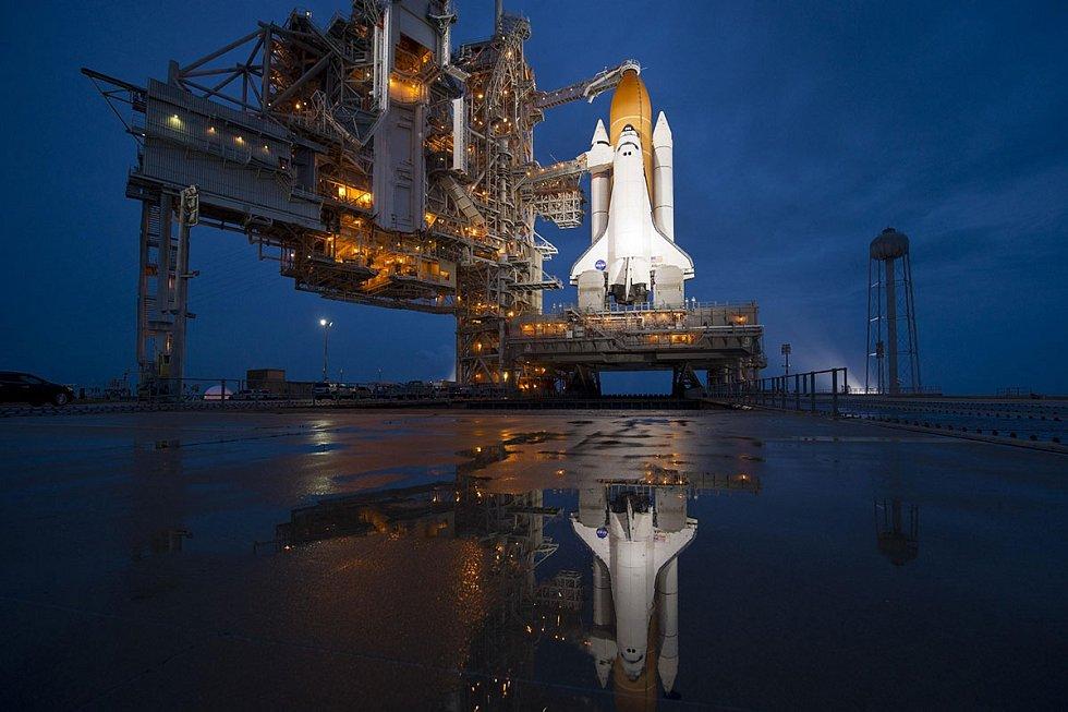 Raketoplán Atlantis na odpalovací rampě na Mysu Canaveral před svým vůbec posledním letem do vesmíru, 8. červenec 2011. Tento let znamenal konec jedné éry, bylo to naposledy, co do kosmu vzlétl americký raketoplán.