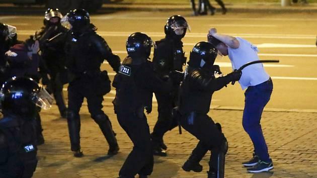 Policisté v Minsku zasahují proti demonstrantům, 10. srpna 2020