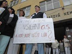 Demonstrace zdravotníků na počátku prosince před Úrazovou nemocnicí v Brně.